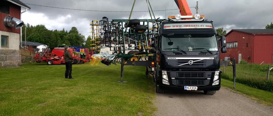 Peltopäivän 2017 osastoille tulevia koneita puretaan Västankvarnissa.